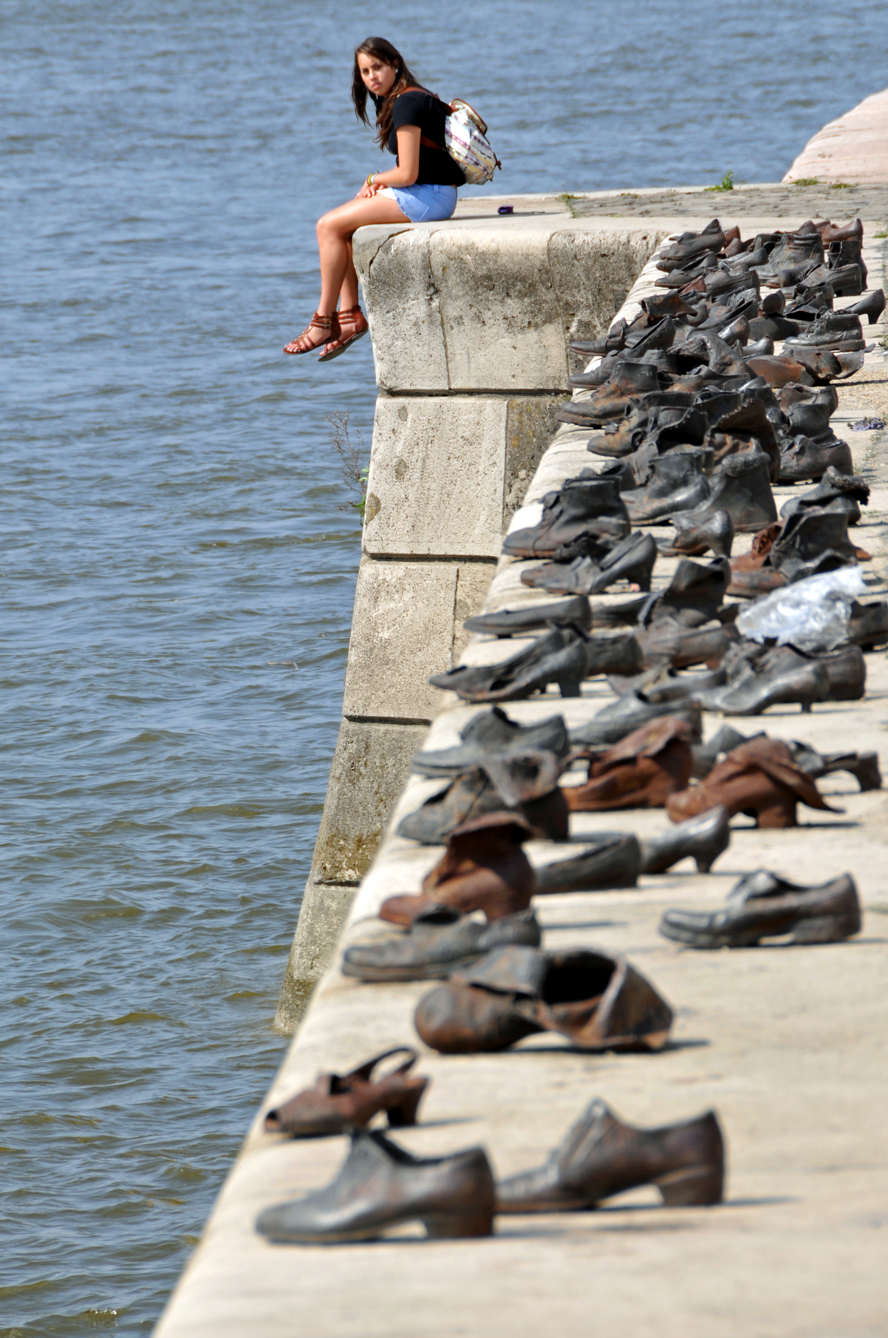 Hungary-0057_-_Shoes_on_the_Danube_(7263603836)