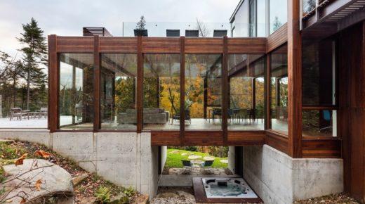 Modern faház egy kanadai erdő mélyén