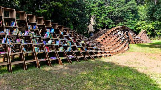 Csodálatos szabadtéri könyvespolc a hátrányos helyzetűeknek Indiában
