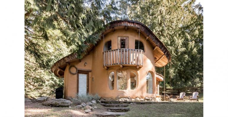 Cob-Cottage-Mayne-Island-Canada-Airbnb-770x395