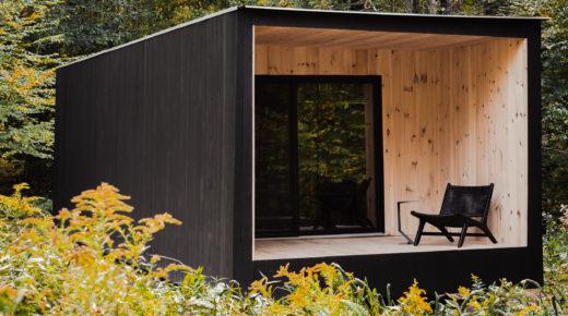 Minimalista dizájn az erdő közepén