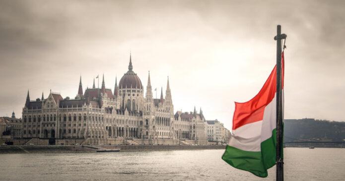magyar_zaszlo_parlament_ss